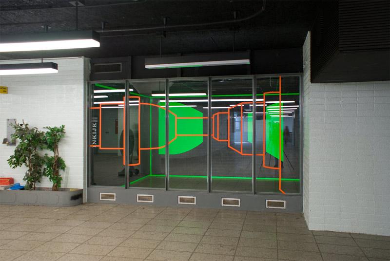 een glastekening en objecten in een leegstaande winkel in het metrostation